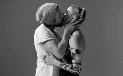Красотата на първата целувка… с напълно непознат (видео)