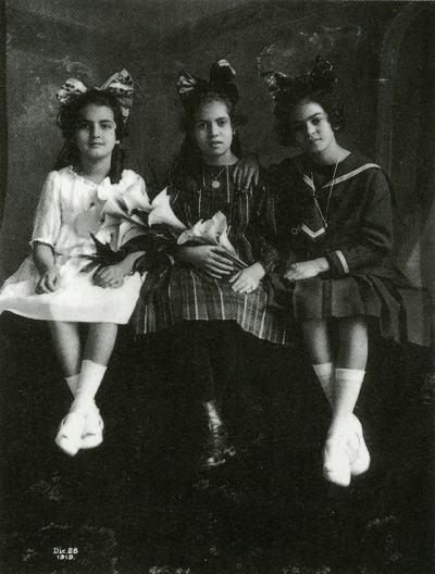 Фрида (в дясно) на 12 години, със сестра си Кристина (в ляво) и най-добрата си приятелка Исабел Кампос (в средата), 1919 г.