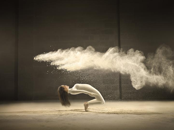 Красотата на танца е уловена! С помощта на виртуозна танцьорка и… сметана на прах
