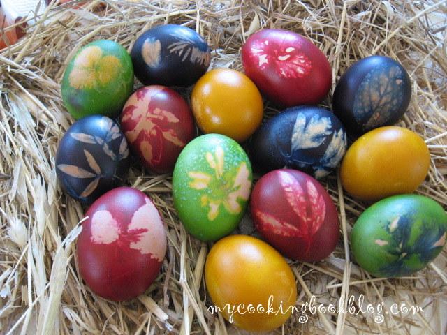 яйца, нашарени с тревички и цветя