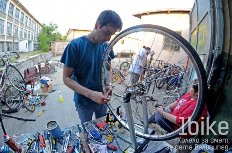 Доброволец поправя колело за смет