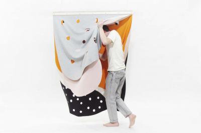 Международни дизайнери експериментират с български текстилни техники