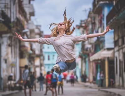 Сюрреалистични снимки на балетисти, танцуващи из улиците на Куба