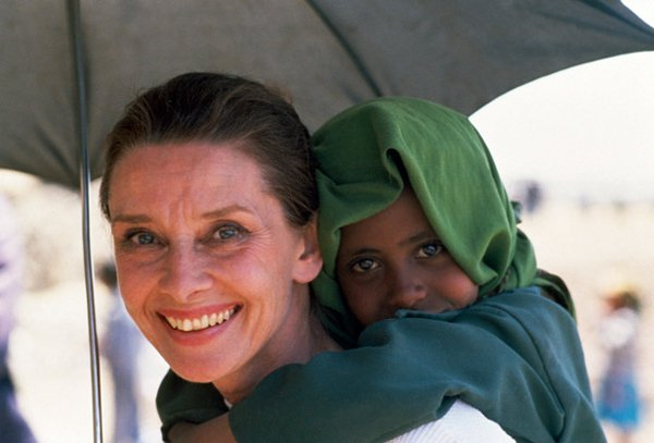 """Ангелът Одри Хепбърн: """"Имаш две ръце – една, за да помагаш на себе си и втора, за да помагаш на другите"""""""