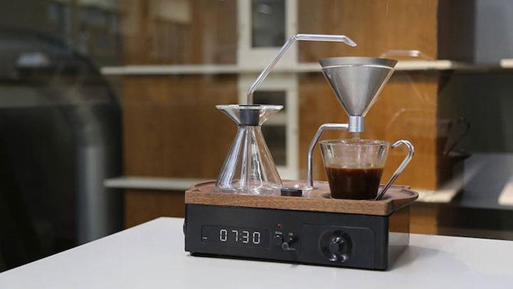 будилник ни носи прясно приготвено кафе