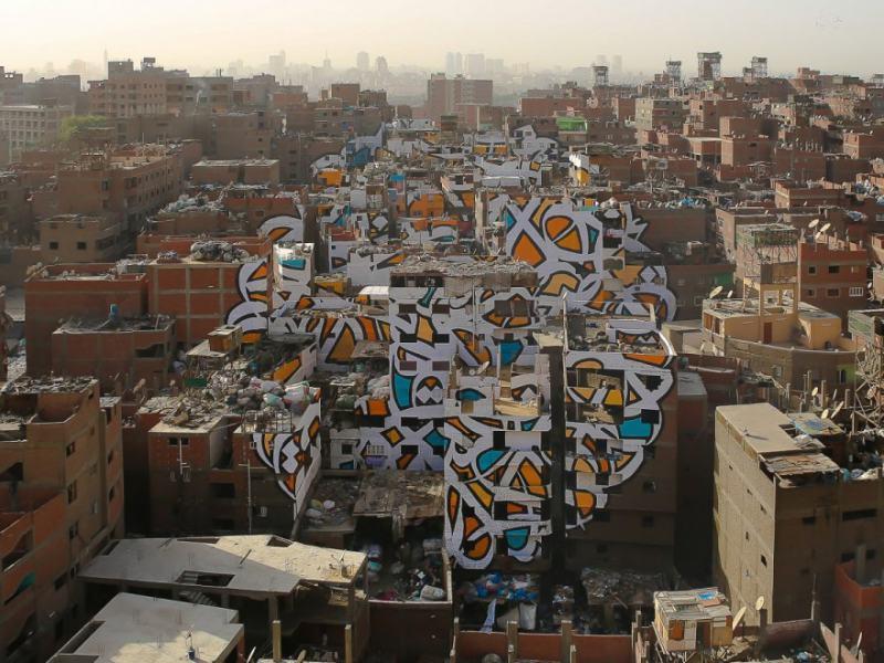 Артист създава огромен графит, обхващаш 50 сгради в Кайро, без властите да разберат