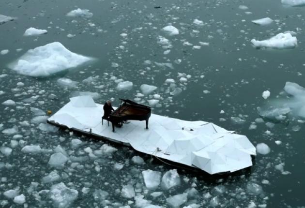 Елегия за Антарктика - копмозиция, изпълненена на пиано, плуващо карай ледник