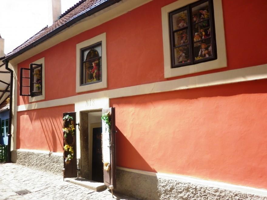 """Малка къщичка на""""златната"""" улица в Пражкия замък"""