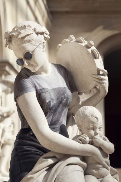 Хипстъри от камък: класически скулптури се преоблякоха в модерни дрехи (обновена)