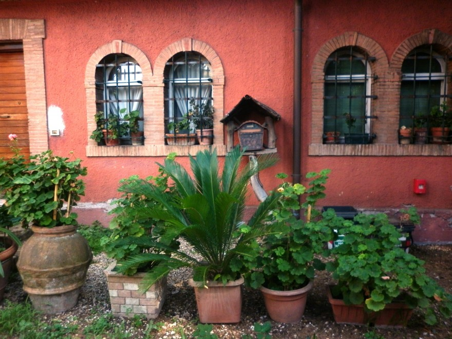 В двора на малка църква на хълма Авентин