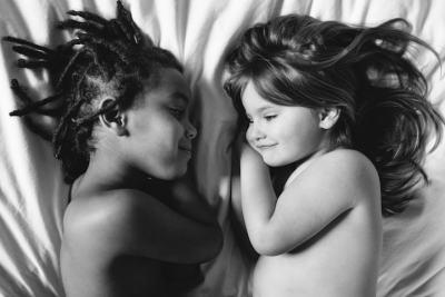 """Две """"различни"""" сестри ни учат на любов и солидарност (снимки)"""