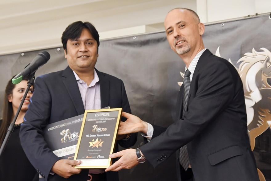 Танвер Хасан Рохан приема наградата си от Евгени Димитров
