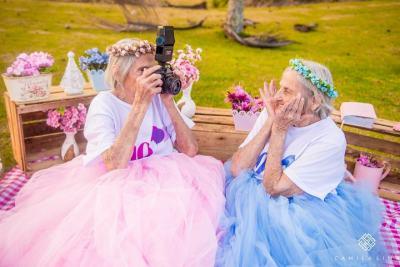 100-годишни близначки получават подарък от фотограф, вярващ, че младостта не трябва да се издига в култ (снимки)