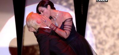 "Да откриеш Кан с целувка: Моника Белучи целуна френски актьор на фона на танго от ""Високи токчета"" (видео)"