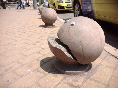 """Българин """"очовечава света"""" с уличното си изкуство (Айбомбинг в снимки)"""