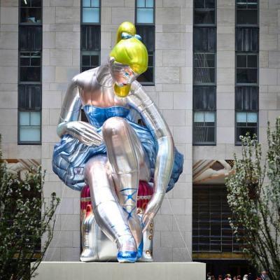 Джеф Кунс инсталира 14-метрова балерина насред Ню Йорк по повод на месеца в памет на изчезналите деца