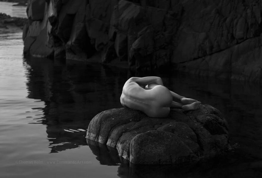 Суровата красота на жената и природата - в черно-бялата фотография на Thomas Holm