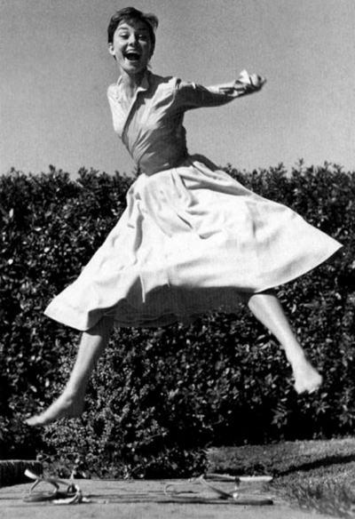 Филип Халсман и неговата Jumpology: всички скачат – от Мерилин Монро и Одри Хепбърн до дукът и дукесата на Ундзор