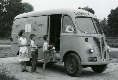 Винтидж фотографии на библиотеки на 4 колела (и дори копита)