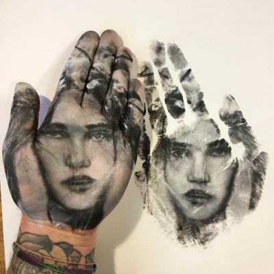 """""""Ръчно щамповане"""" – художник съчетава любовта си към портретното изкуство и бори арта (снимки и видео)"""
