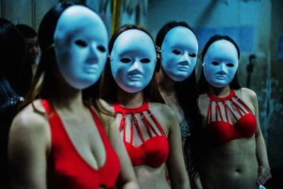 """Зад кулисите има повече бурлеска и флуиди, отколкото на сцената: """"обратната страна"""" на китайските нощни клубове"""