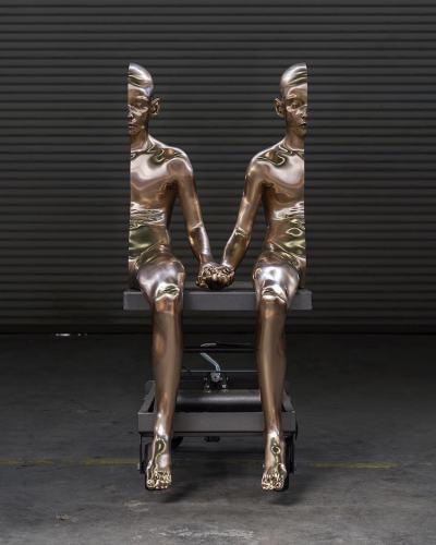 """Половин човек: сюрреалистични скулптури """"намират спасение"""" в другата си половина"""