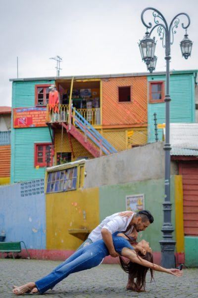 Сюрреалистични снимки на балетисти, танцуващи из улиците на Аржентина