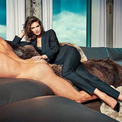 Not dressing men: рекламна кампания се заиграва със стереотипите, като показва голи мъже, доминирани от жени в костюми