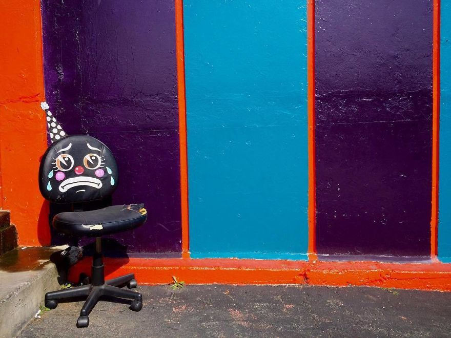 тъжни клоунски лица върху изхвърлени мебели