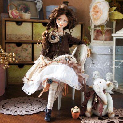 От скулптурирането до шиенето на рокли – руски артист изработва ръчно изящните си кукли