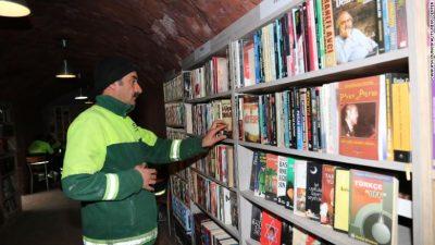 Богата обществена библиотека – съставена от изхвърлени на боклука (и спасени от санитарни работници) книги