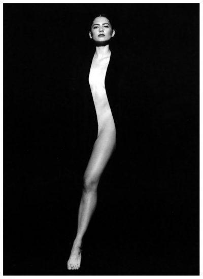 Еротика и двусмислие – в монохромната фотография на Тоно Стано, вдъхновена от изкуството на пърформанса