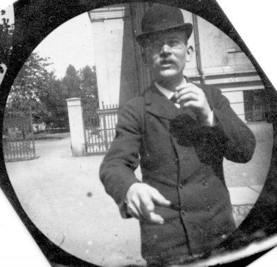 """19-годишен студент, крил """"шпионска"""" камера в дрехите си в края на 19 век, е един от пионерите в уличната фотография"""