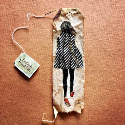 Деликатни и извикващи аромати – миниатюрни картини, нарисувани върху използвани пакетчета чай