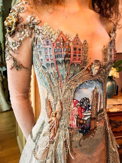"""Барокова архитектура и корици на книги – """"вплетени"""" в изискани вечерни рокли"""