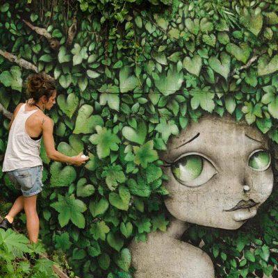 Между pin-up и манга: момичетата на френски уличен артист, хипнотизиращи с косите си