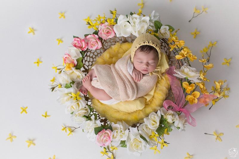 новородени в средата на ръчно направени мандали