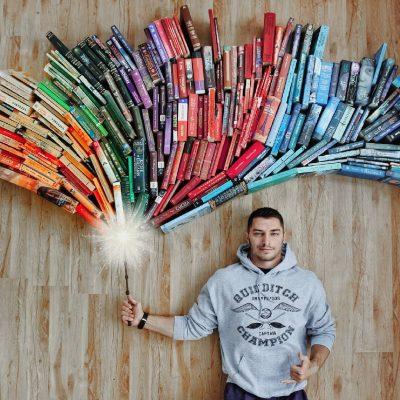 Страстен читател създава инсталации от книги, за да не излиза от света им