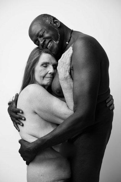 Интимни портрети на 70-годишна влюбена двойка доказват, че системата ни от вярвания за красотата е тясна