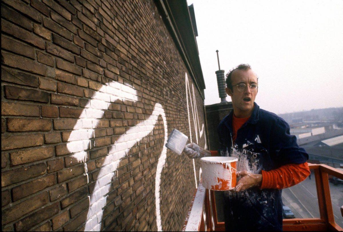 Кийт Харинг по време на рисуването на стената през 1986 г. Снимка: Patricia Steur
