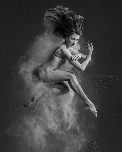 Балерина успява да предаде суровите емоции на танца… в черно-бели фотографии