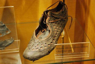 Изящна обувка на над 2000 години, открита в кладенец, илюстрира добрия вкус на римляните