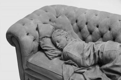 Монохромни скулптури в естествен размер отразяват цветовете на детството
