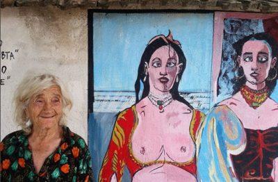 За пръв път колекцията на MoMA излезе на открито – настанявайки се по дуварите на село Старо Железаре
