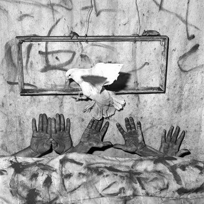 Роджър Балън идва за първи път у нас и ни води от абсурда към иронията – с ретроспективна изложба от 200 черно-бели фотографии