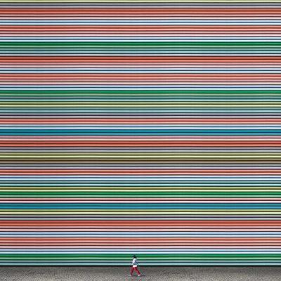 Хипнотични, минималистични фотографии си играят с перспективите и… хората