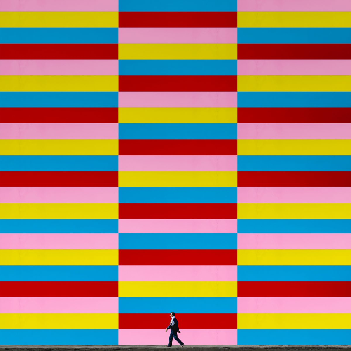 Хипнотични, минималистични фотографии си играят с перспективата и... хората (снимки)