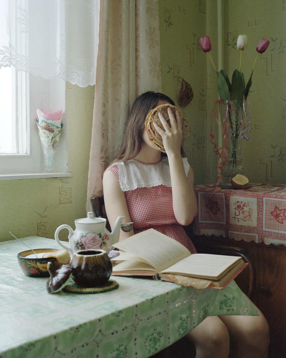 """""""Пюре с вкус на триъгълници"""" - в (само)ироничните автопортрети на Алена Жандарова"""