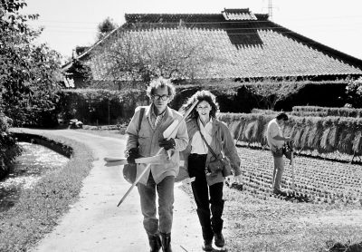 """Запознаваме се с """"Кристо и Жан-Клод. Живот=Творби=Проекти"""" през погледа на фотографа Волфганг Фолц. Радваме се и на ретроспективна изложба на Кристо и Жан-Клод, посветена на проекта """"Опаковането на Триумфалната арка"""""""